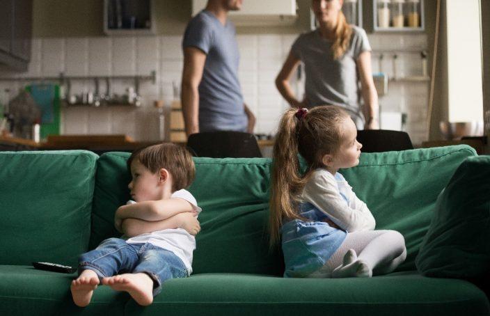 Imagen de dos hermanos enfadados. Simboliza los celos que se producen entre hermanos.