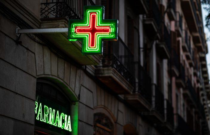siglo de una farmacia en una calle española